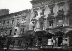 A József körút 58. (balra) és 60. 1956-os forradalom alatt megrongálódott homlokzata Fotó: Fortepan/Marics Zoltán
